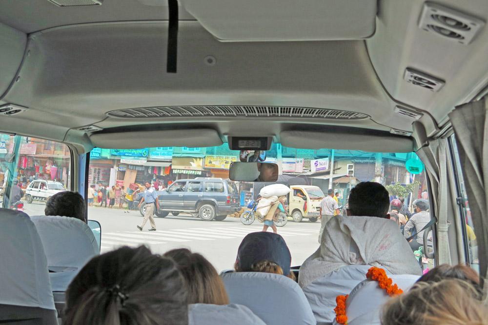 Mit dem Bus ging es zum Kloster der buddhistischen Mönche bei Kathmandu in Nepal