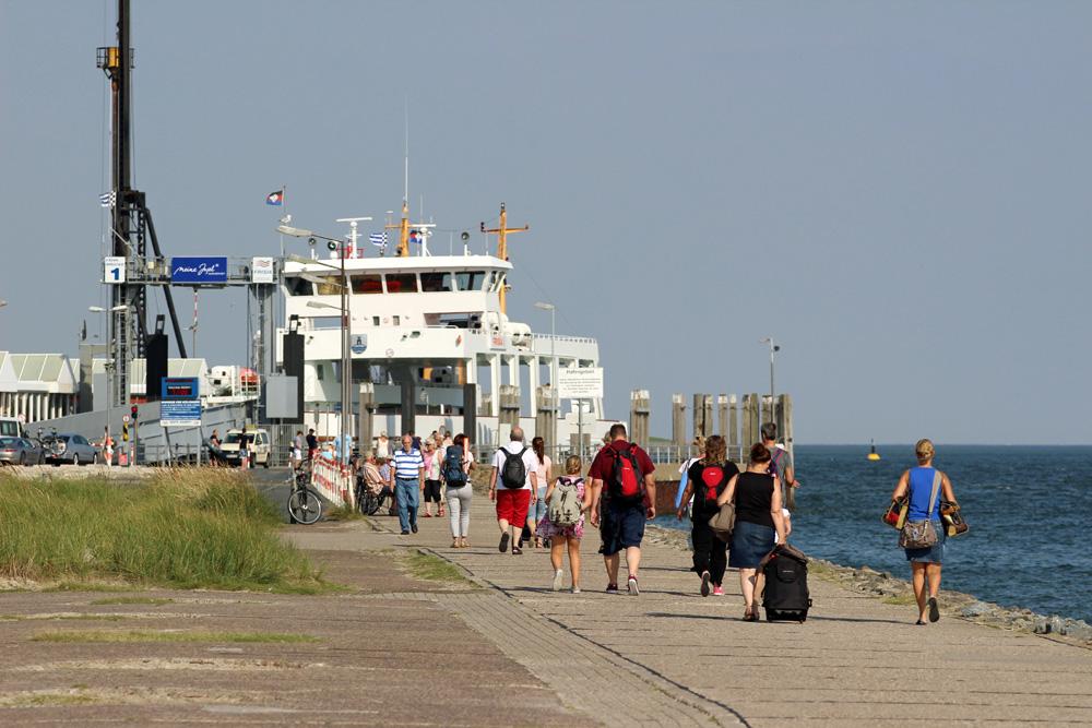 Fähre nach Norderney im Hafen am Anleger