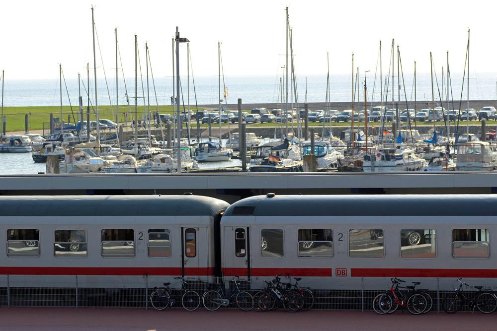 Intercity Zug der Deutschen Bahn am Bahnhof des Fähranlegers nach Norderney im Hafen von Norddeich-Mole