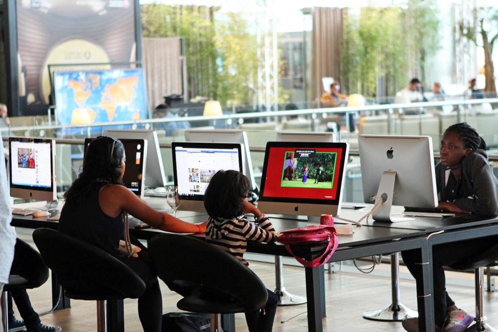 Wer nicht über ein eigenes Gerät ins Netzt geht, bekommt hier iMacs. Wlan steht in der Lounge der Turkish Airlines in Istanbul am Flughafen trotzdem zur Verfügung