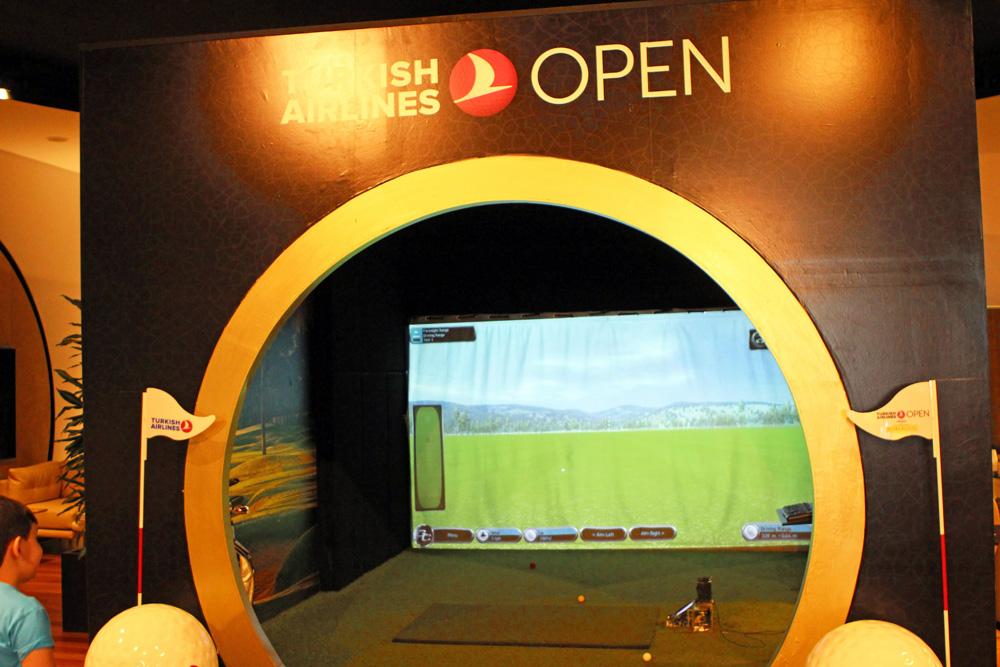 Oder doch lieber eine Partie Golf im Simulator in der Business Lounge der Turkish Airlines am Flughafen Istanbul?