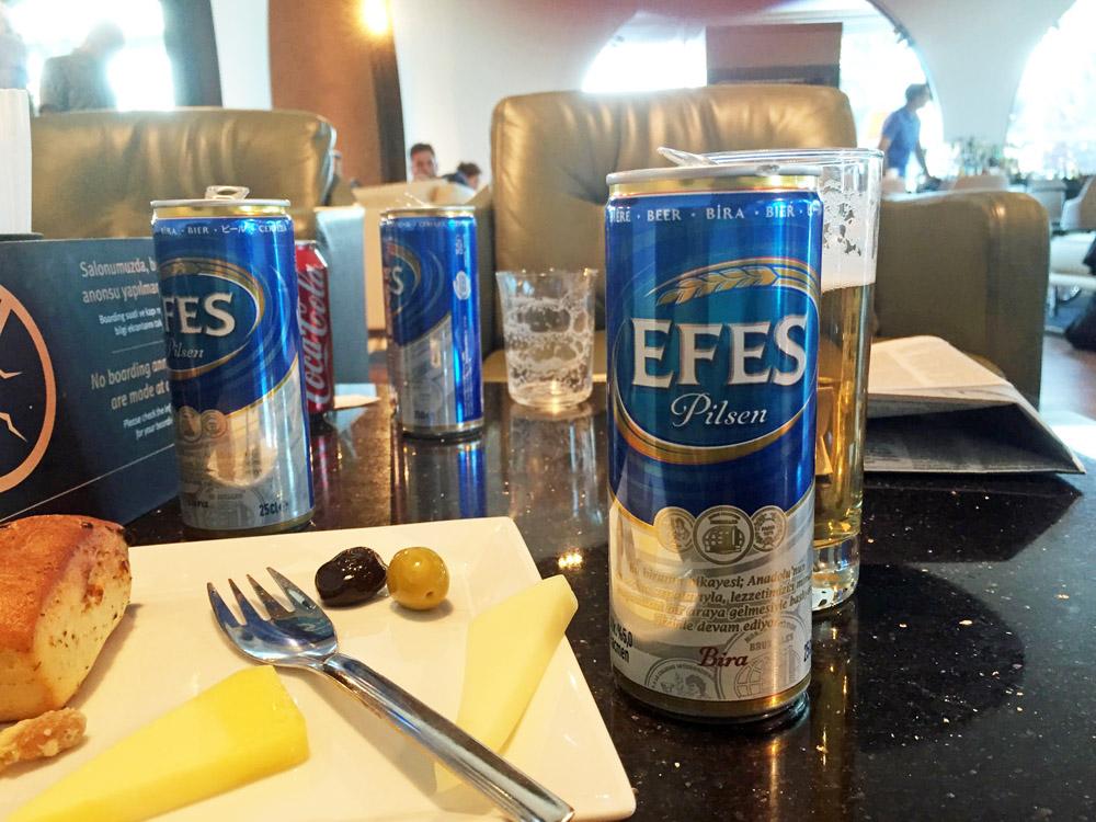 Nur noch ein paar Kleinigkeiten wie Bier und Käse in der Lounge am Flughafen Istanbul