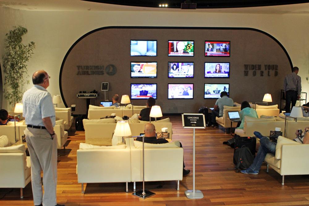 Fernseher gab es reichlich in der Turkis Airlines Lounge Istanbul