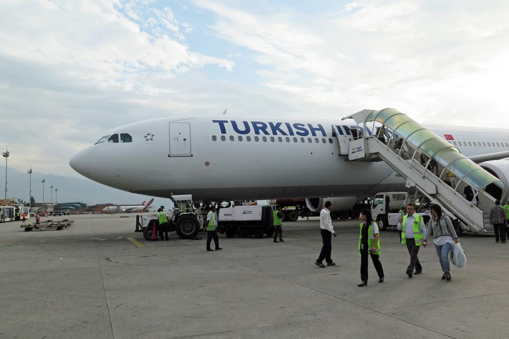Der Airbus A330 von Turkish Airlines ist in Kathmandu gelandet