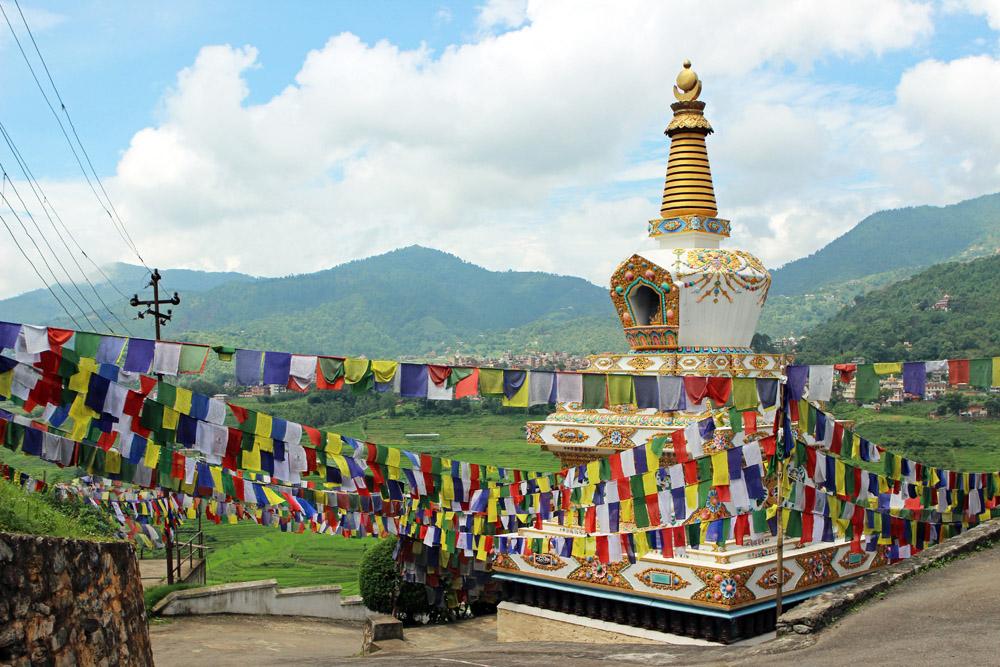 An der Einfahrt zum Kloster bei Kathmandu in Nepal flatterten Gebetsfahnen