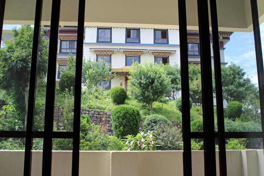 Blick aus dem Zimmer auf das Kloster in Nepal