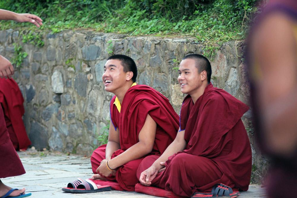 Lachende und fröhliche buddhistische Mönche vor einem Kloster in Nepal
