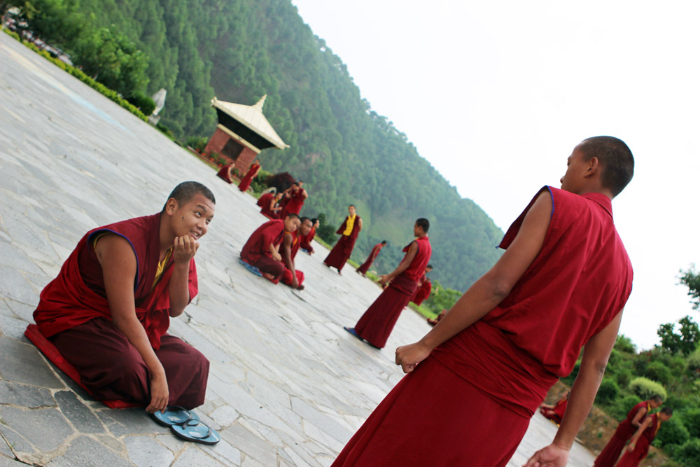 Buddhistische Mönche vor einem Kloster in Nepal bei Kathmandu