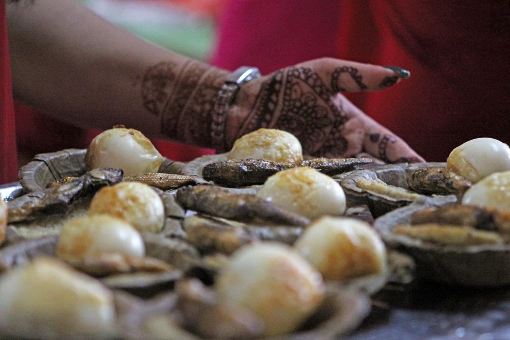 Frittierte Eier und Fisch sind bei den Newar in Nepal ein beliebtes Essen