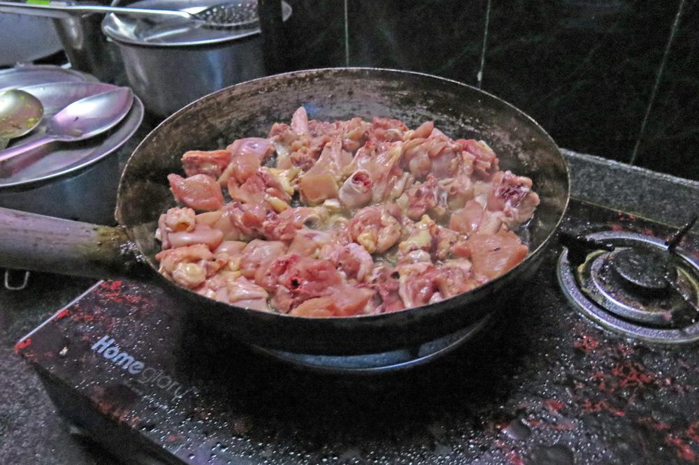Huhn bzw. Hühnchen wird in Nepal oft gegessen. Hier ist es in einer Pfanne
