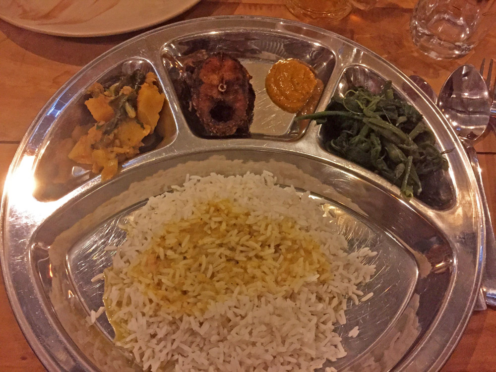 Dal Bhat gibt es auch an der Grenze von Nepal zu Indien als Essen