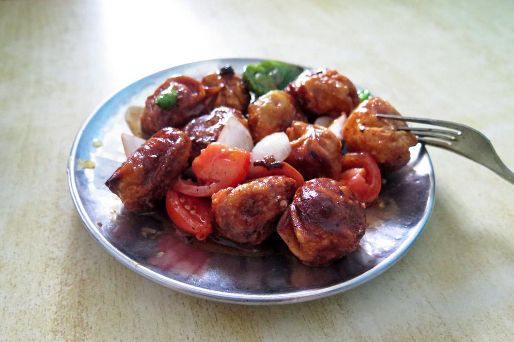 Die gebratene Variante der Momos mit scharfer Soße gibt es in Nepal oft zu essen
