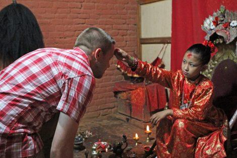 Die Kumari von Patan in Nepal gibt einem Besucher ihren Segen