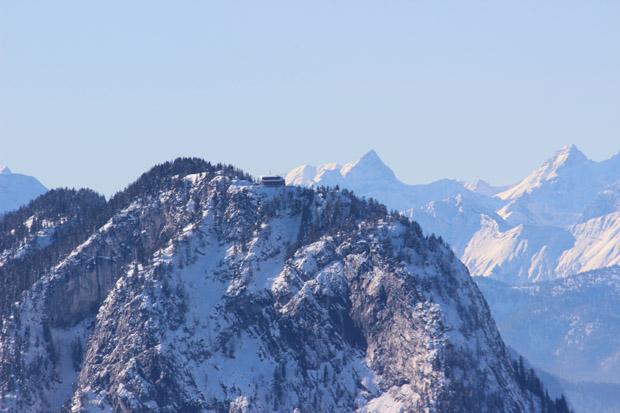 Der Gipfel des Pendling mit dem Pendlinghaus und dahinter dem Karwendelgebirge mit der Kaltwasserkarspitze