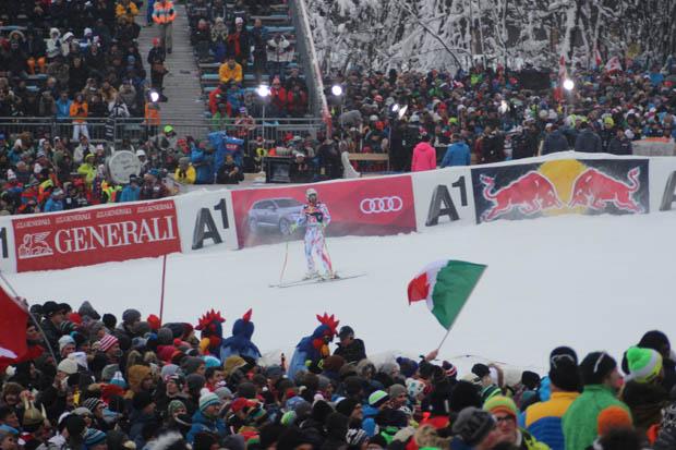 Der Franzose Adrien Theaux im Ziel. Dahinter in der rosa Jacke Maria Höfl-Riesch