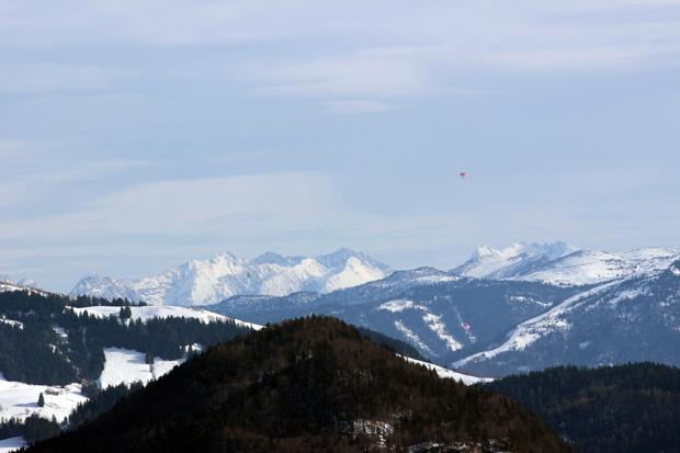 Weit in der Ferne liegen die Berchtesgadener Alpen
