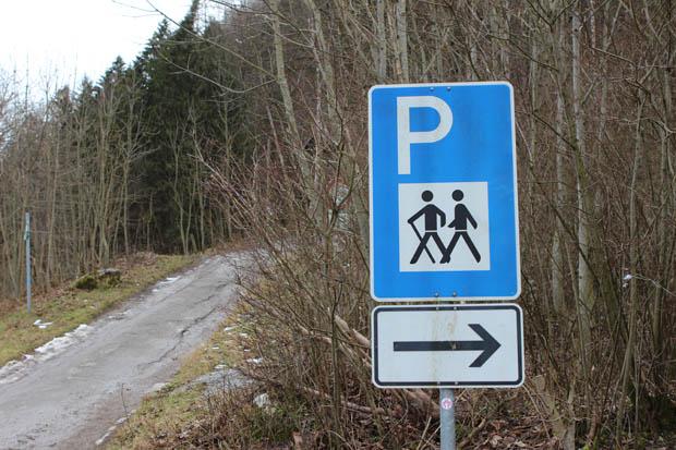 Der eigentliche Wanderweg beginnt an einem Parkplatz am Ortsrand