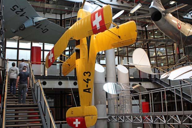 Die Architektur des Museums ist faszinierend, überall hängen Flugzeuge
