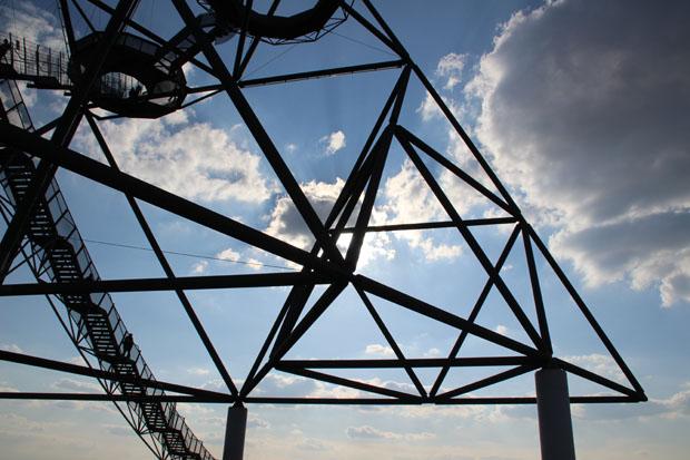 Die Stahlkonstruktion des Tetraeders ist faszinierend
