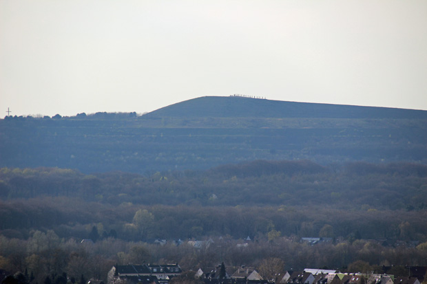 Blick zur Halde Haniel mit dem Kreuz des Kreuzweges und den Bahnschwellen auf dem Gipfel