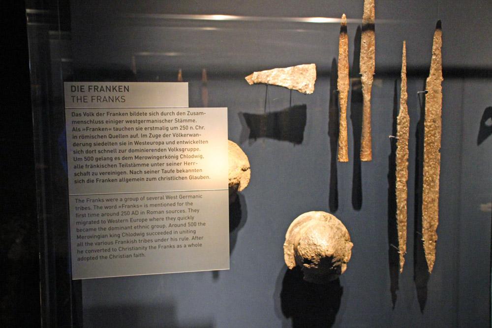 Waffen und Schwerter von Sachsen, Franken und aus neuerer Zeit sind im Ruhr Museum ausgestellt