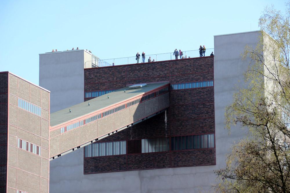 Auf dem Dach der Kohlenwäsche der Zeche Zollverein in Essen befindet sich eine Aussichtsplattform für Besucher