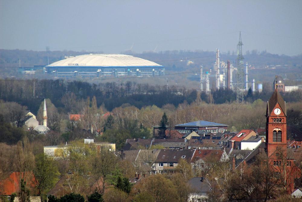 Die Veltins Arena auf Schalke von der Zeche Zollverein in Essen aus fotografiert