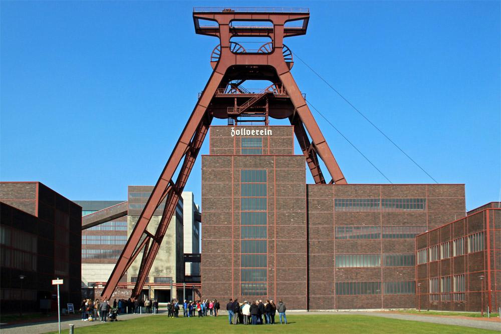 Der markante Förderturm von Schacht 12 der Zeche Zollverein in Essen