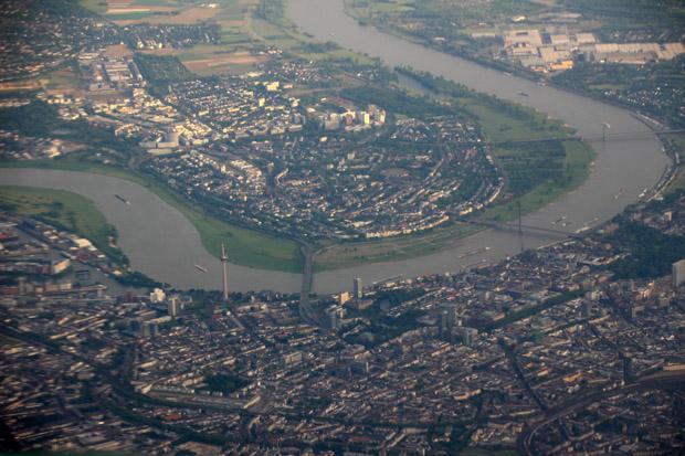 Der Rheinturm in Düsseldorf stach hervor