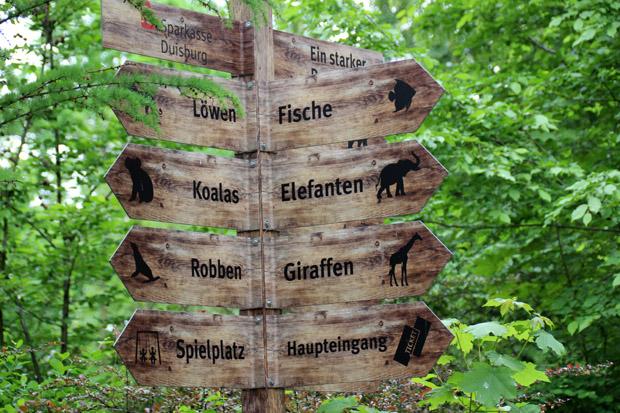 Wegweiser im Zoo Duisburg