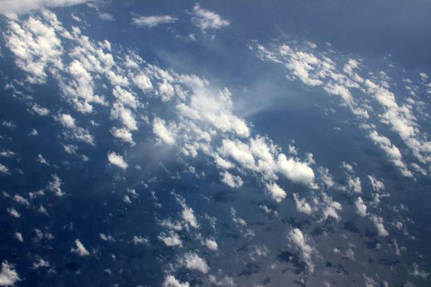 Kleine Schäfchenwolken spiegelten sich auf dem Meer