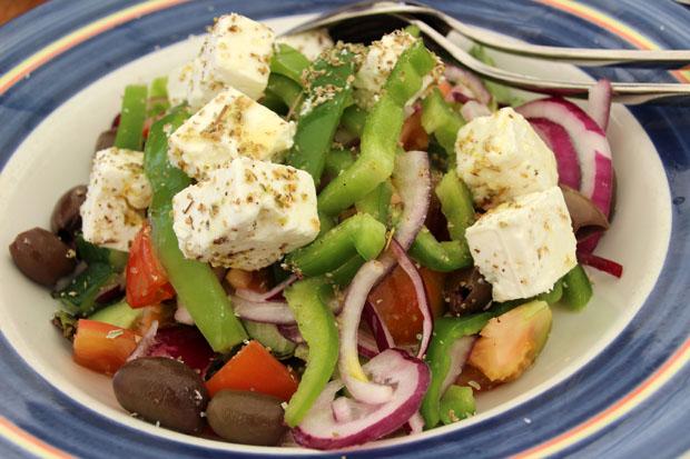 Mit Salattellern beginnt das Meze essen