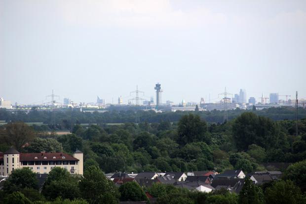 Auch der Tower des Düsseldorfer Flughafens ist zu sehen