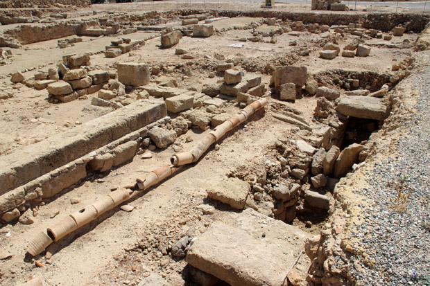 Vor der Villa liegen noch die antiken Abwasserrohre