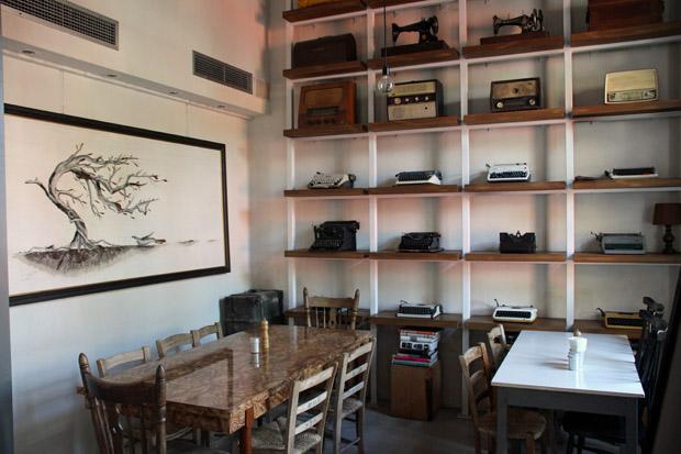 Innen wurde eine ganze Wand mit alten Schreibmaschinen dekoriert