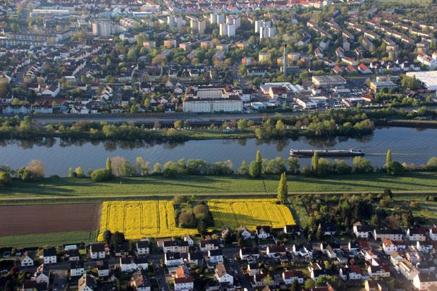 Über Flörsheim, mit Blick auf Raunheim, erfolgte der Endanflug parallel zum Main