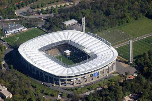 Gleich nach dem Abheben überflogen wir das Waldstadion bzw. die Commerzbank-Arena