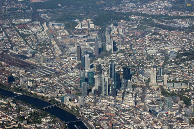 Eine weitere Ansicht Frankfurts mit dem Römer und der Paulskirche am unteren Bildrand