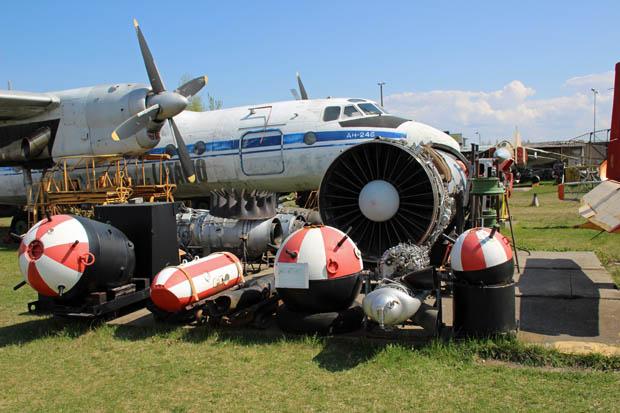 Eine Kombination von Seemine, Bombe und Passagierflugzeug