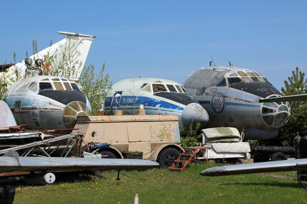 Die Vorderteile von drei Flugzeugen