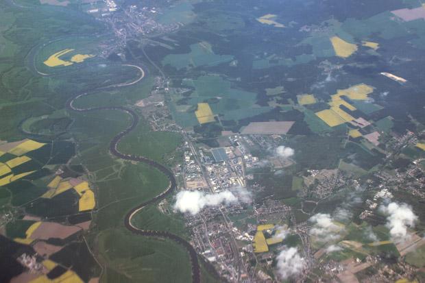 Die Elbe schlängelt sich an der Lutherstadt Wittenberg vorbei