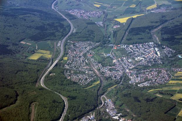 Niedernhausen im Taunus mit einer ICE-Trasse und der Autobahn A3