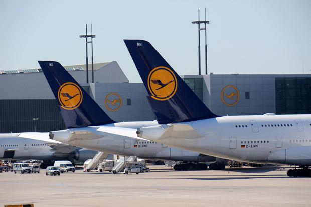 Die Heckansicht zweier A380 von Lufthansa