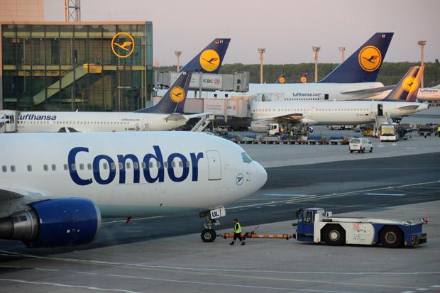 Eine Boeing der Condor macht sich zum Abflug bereit