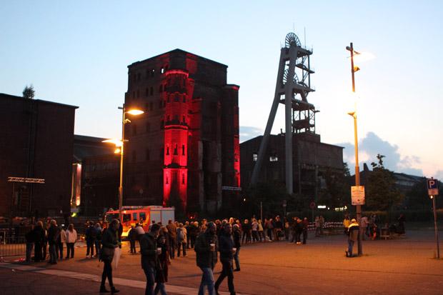 Der Malakowturm der Zeche Ewald ist rot angestrahlt