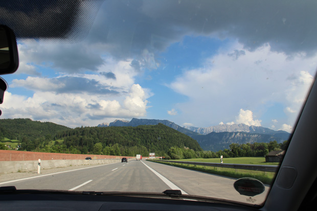 Die Inntal-Autobahn A93 führt direkt auf das Kaisergebirge zu