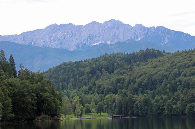 Der Hechtsee mit Blick auf das Kaisergebirge