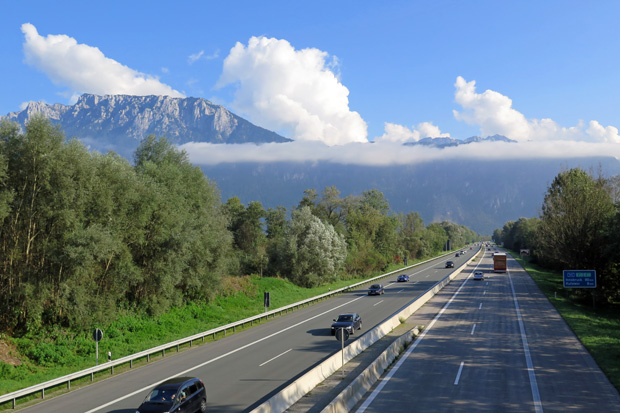 Kurz vor Kufstein kommt das Kaisergebirge links der Autobahn in Sicht