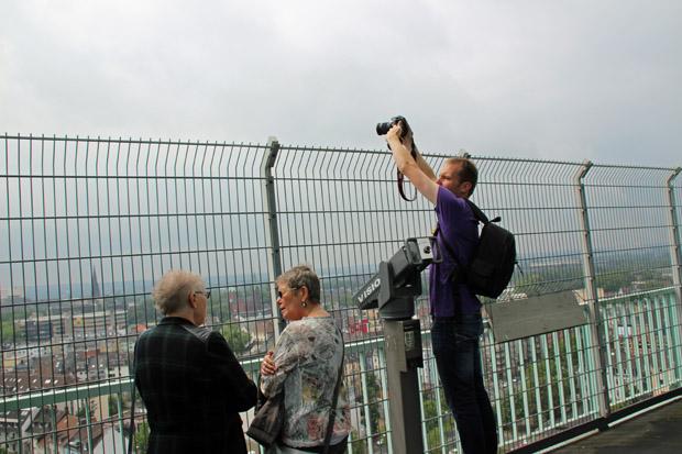 Um zu fotografieren muss man die Kamera abenteuerlich über das Gitter halten