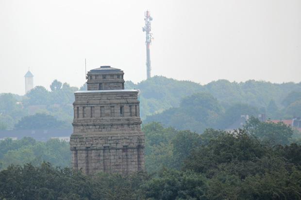 Der Stadtpark mit dem Bismarckturm liegt direkt hinter dem Museum